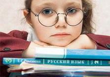 девочка за учебниками