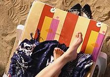 шезлонг девушка песок