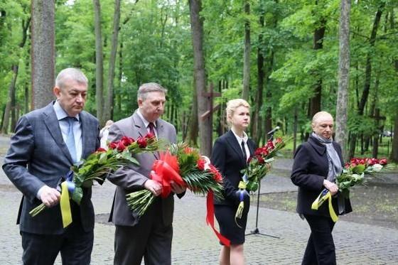 Арсений Яценюк с однопартийцами почтили память жертв политических репрессий