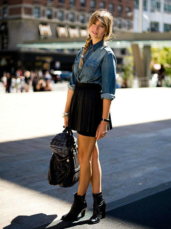 Фото кожаной юбки с джинсовой рубашкой