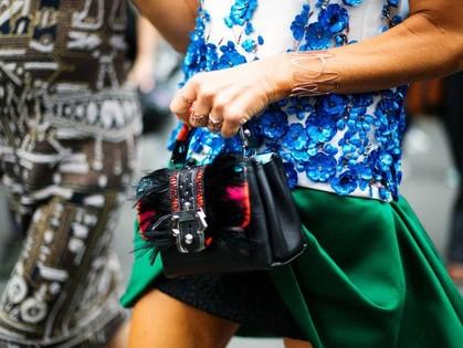 На фото: экстравагантные детали наряда Анны Делло Руссо, креативного директора японского издания VOGUE