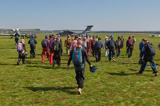 Нааэродроме под Харьковом 50 парашютистов установили новый национальный рекорд