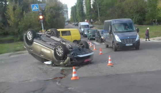 ДТП в Харькове: кувырком полетела дорогая иномарка