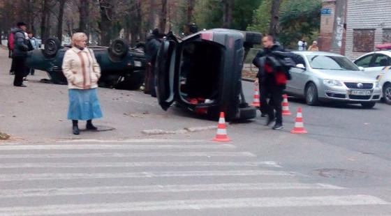 Два человека погибли под Харьковом в итоге столкновения грузового автомобиля слегковушкой