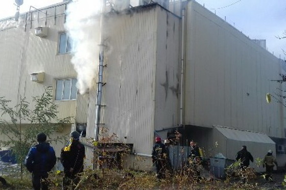 Cотрудники экстренных служб ликвидируют пожар в коммерческом центре наСалтовке