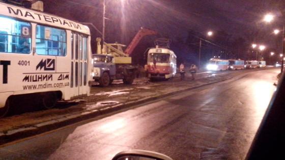 Из-за ненастной погоды трамвай съехал с рельс
