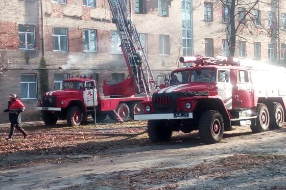 Cотрудники экстренных служб эвакуировали 25 харьковчан изгорящего здания