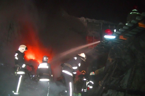 Cотрудники экстренных служб потушили пожар вскладских помещениях вХарькове