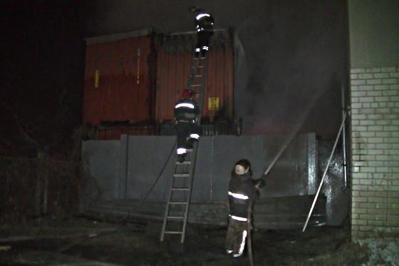 Пожарные ликвидируют пожар наскладах сгорючим вХарькове