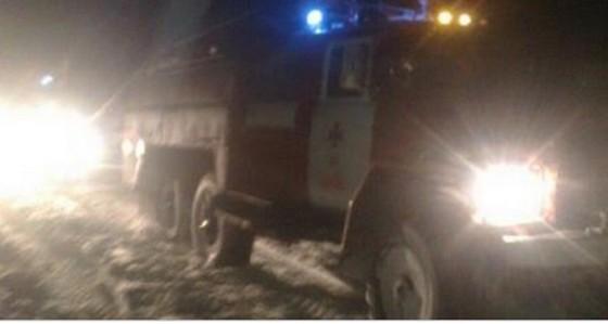 На вызов к ребенку: Спасатели вытащили из сугроба машину скорой