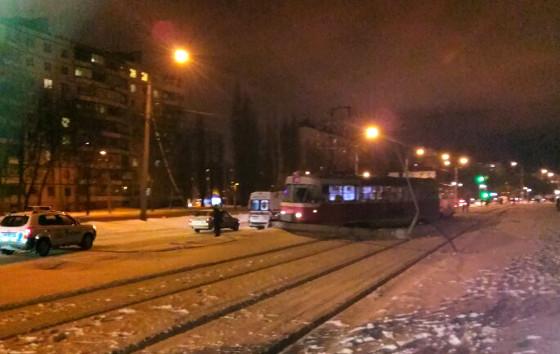 Трамвай сошел с рельсов и снес столб (ФОТО)