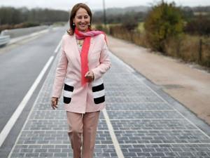 Министр экологии и природных ресурсов Франции Сеголен Руаяль шагает по новой дороге