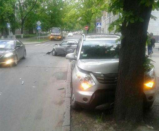 После столкновения один из автомобилей въехал в дерево (ФОТО)