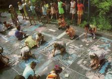 дети рисуют на асфальте мелом
