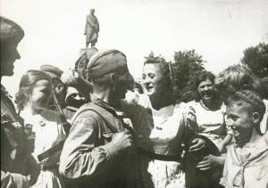 Встреча жителей Харькова с войсками Красной Армии, освобождавшими город.