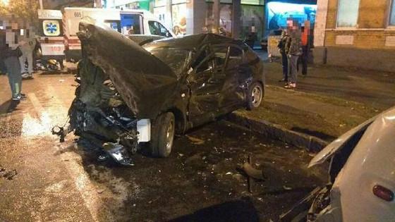 Перевернутый искореженный автомобиль, погибший шофёр— ДТП наСалтовке