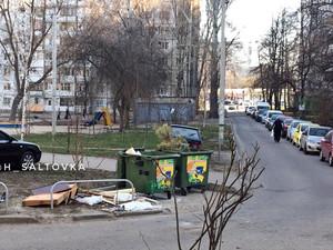 Главный атрибут новогоднего праздника выбросили на улице Героев Труда