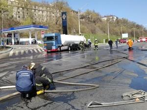 Спасатели смыли топливо с дороги и охлаждили грузовик