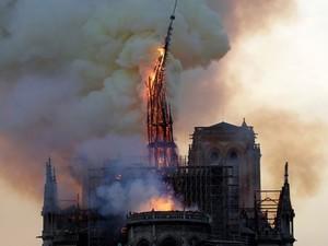 Собор Парижской Богоматери горел всю ночь