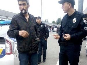 До приезда полиции Кромской получил по лицу