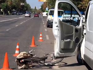 Велосипедист не успел среагировать на открывшуюся дверь микроавтобуса