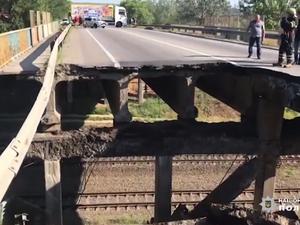 Смещение конструкции путепровода вызвал динамический удар грузовика